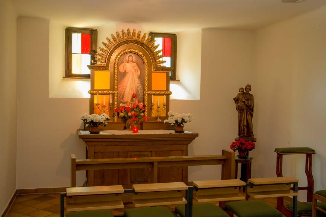 Kleine Kapelle mit Altar