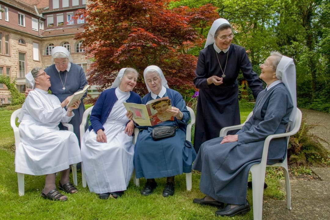 Die Schwestern beim Lesen und Gespräch im Garten