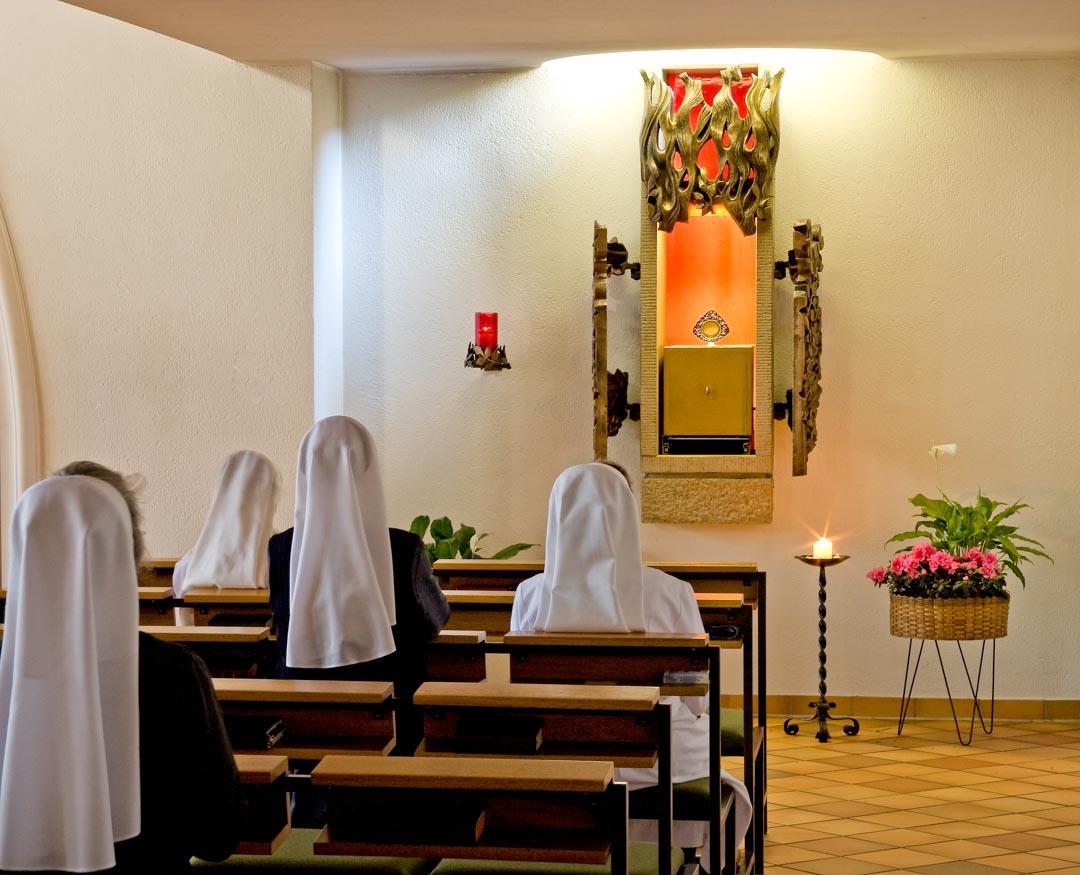 Schwestern in der Kapelle bei der Anbetung des Allerheiligsten