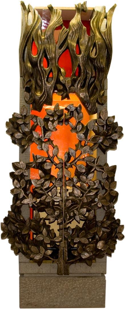 Der Tabernakel in der Klosterkapelle hinter gußeiserenen Türen die in Form des brennenden Dornenbuschs stilisiert sind